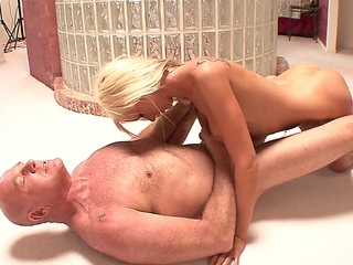 stepdaughter is horny and spies on her father in the shower
