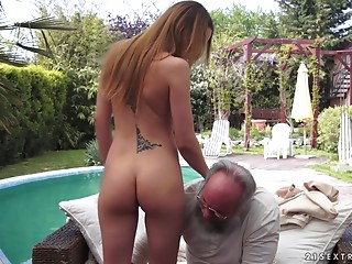 Appealing brunette hair takes the experienced schlong str8 into her vagina